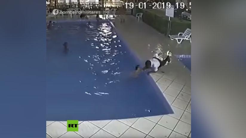 VIDEO: El portero de un condominio salva a un niño que se ahogaba en una piscina