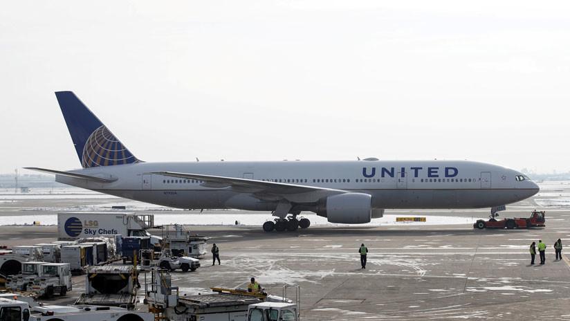 """Demandan a United Airlines por un accidente en el que los pilotos casi fueron """"succionados fuera del avión"""""""