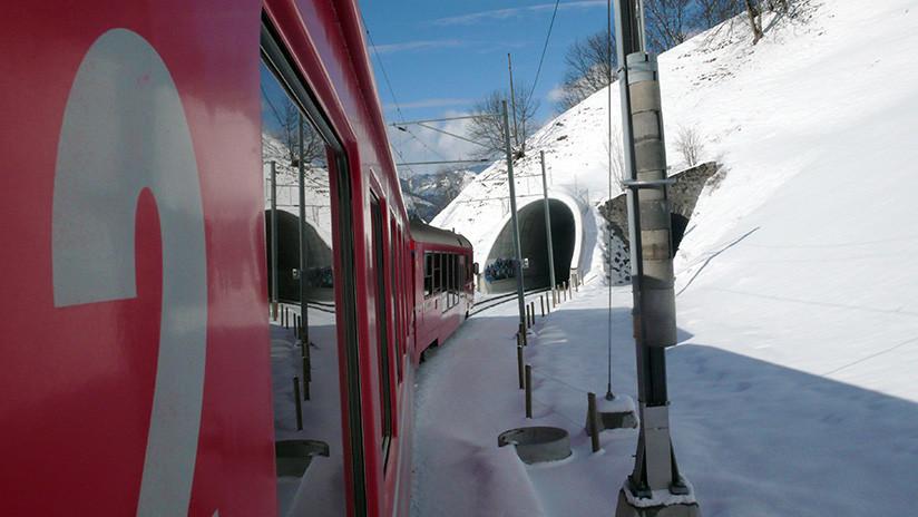 VIDEO: Empresarios que asistieron a Davos logran escapar de un auto antes del impacto de un tren