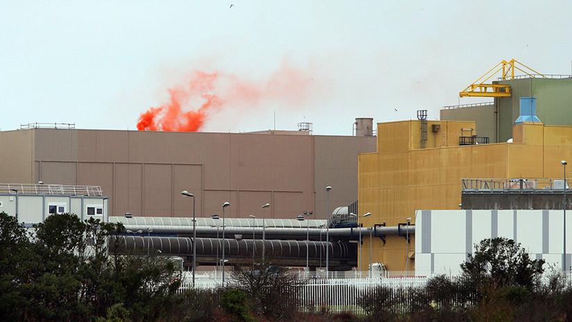 Dron de Greenpeace lanza una granada de humo sobre una planta nuclear en Francia