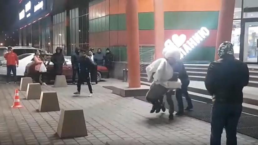 Lo que mal empieza… Cae dos veces al suelo mientras 'secuestra' a su futura esposa en el Cáucaso ruso (VIDEO)