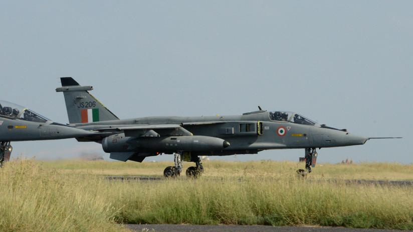 FOTO, VIDEO: Un avión de combate se estrella en la India