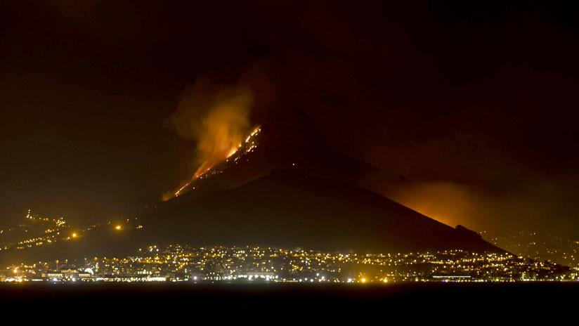 VIDEO, FOTOS: Incendio amenaza a la icónica Montaña de la Mesa en Sudáfrica