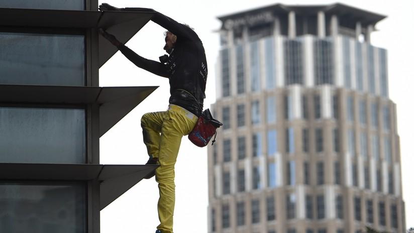 VIDEO, FOTOS: Arrestan al 'Hombre Araña francés' en Filipinas tras trepar por una torre de 47 pisos