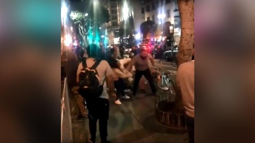 Captan cómo un hombre golpea brutalmente a dos mujeres en Los Ángeles
