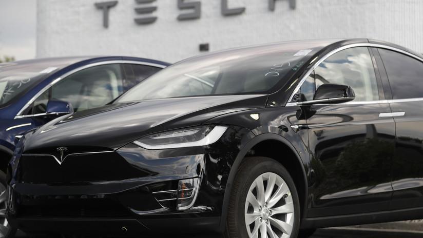 VIDEO: Captan 'in fraganti' a un conductor durmiendo al volante de un Tesla con el piloto automático activado