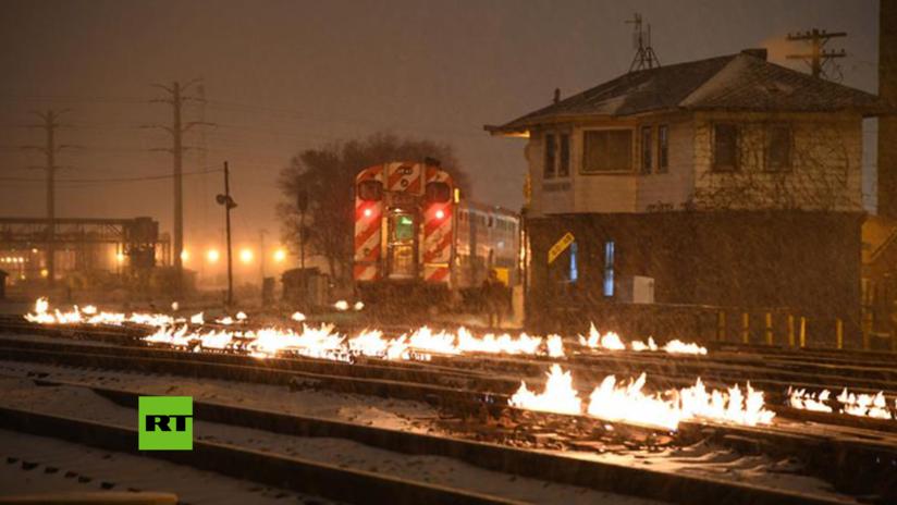 VIDEO: En EE.UU. encienden hogueras sobre las vías férreas para evitar que se deformen por el frío polar