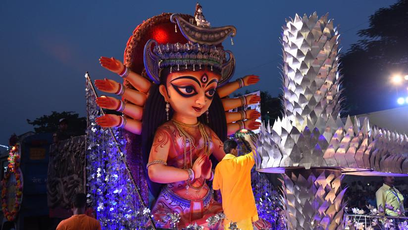 """Una diseñadora de moda enfada a un clérigo hinduista """"por usar a una deidad para adornar la entrepierna"""""""