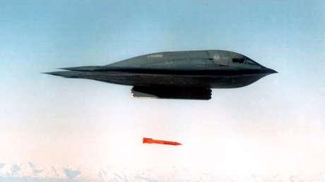 Un bombardero B-2 Spirit lanza una bomba inerte sobre Alaska en un ejercicio tras despegar de la base Whiteman de la Fuerza Aérea de EE.UU., el 17 de marzo de 1998.