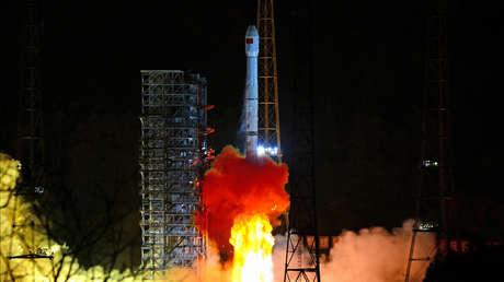 El cohete Long March 3B con la sonda Chang'e-4 a bordo despega del Centro de Lanzamiento de Satélites de Xichang (China), el 8 de diciembre de 2018.