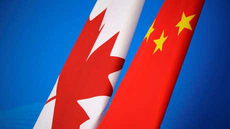 Banderas de Canadá y China en el primer diálogo de estrategia económica y financiera chino-canadiense en Pekín, China, el 12 de noviembre de 2018.