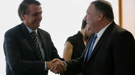El presidente de Brasil, Jair Bolsonaro (izquierda), estrecha la mano del secretario de Estado de EE.UU., Mike Pompeo, el 2 de enero de 2019.
