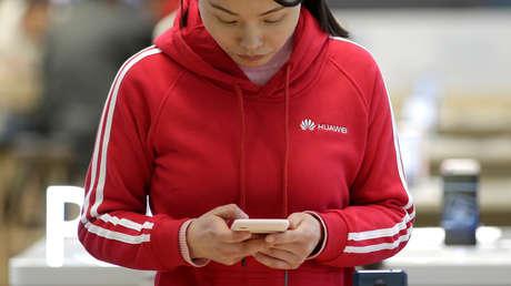 Una mujer en una tienda de Huawei en Pekín, China, 12 de diciembre de 2018.