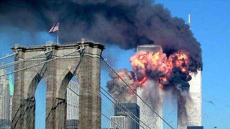 Las Torres Gemelas tras el impacto de uno de los aviones, Nueva York, EE.UU., 11 de septiembre de 2001.