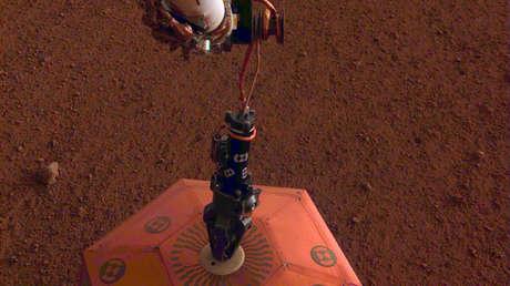 Colocación de un sismómetro en la planicie Elysium de Marte