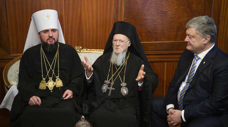 El jefe de la nueva iglesia, el arzobispo Epifanio, el patriarca Bartolomé y el presidente de Ucrania, Piotr Poroshenko, el 5 de enero de 2019