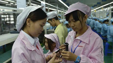 Los empleados chinos en una planta en Shenzhen (la provincia de Cantón, China), 22 de abril de 2015.