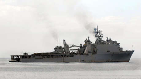 El barco de desembarco anfibio USS Fort McHenry (LSD 43) realiza operaciones en la costa de Haití el 19 de enero de 2010.