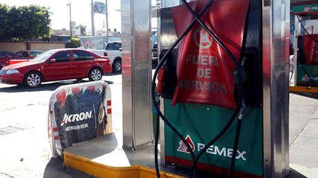 """Un surtidor de combustible """"fuera de servicio"""" en una estación de  Pemex, cerrada debido a la escasez de combustible en Guadalajara, estado de Jaisco, México, el 6 de enero de 2019."""