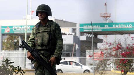 Un soldado vigila un centro de almacenamiento y distribución de Pemex en El Salto, Jalisco, 7 de enero. 2019.