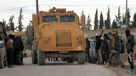 Soldados turcos en un vehículo militar en Manbij (Siria), el 28 de diciembre de 2018.