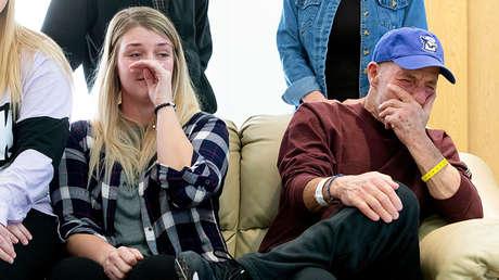 Scott Marr y su hija, Preston Marr, lloran durante una conferencia de prensa en Omaha, Nebraska, el 3 de enero de 2019.