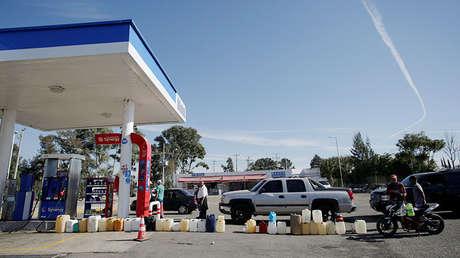 Bidones junto a un surtidor de gasolina en una estación de servicio en Salamanca, Guanajuato, México. 8 de enero de 2019.