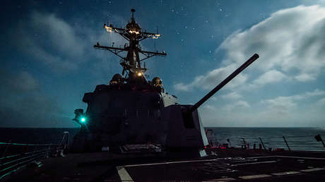 El destructor USS Dewey de misiles guiados en el océano Pacífico.