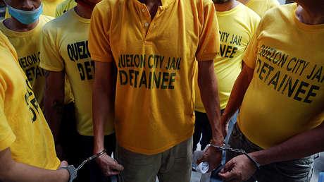 Presos esposados en un cárcel de Ciudad Quezón, Filipinas.