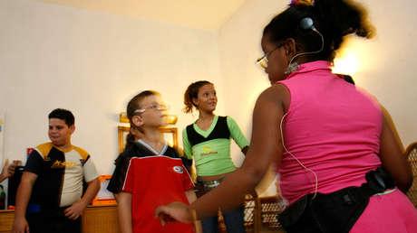 Niños cubanos con discapacidad auditiva en el hospital Pradera, La Habana, Cuba, 23 de noviembre de 2006