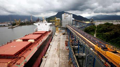 Empleados trabajan en el buque de carga Kypros Land, que traslada soja a China, Santos, Brasil, 13 de marzo de 2017.