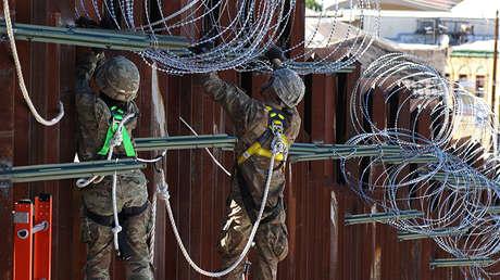 Soldados estadounidenses  colocan un alambre de espino en una valla fronteriza en Nogales (Arizona), el 27 de noviembre de 2018.