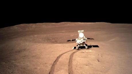 El explorador lunar chino Yutu-2 se desplaza sobre el lado oculto de la Luna.