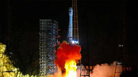 El cohete Long March-3B que porta la sonda lunar Chang'e 4 despega del Centro de Lanzamiento de Satélites Xichang en la provincia de Sichuan, China, el 8 de diciembre de 2018.