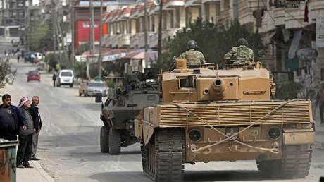 Fuerzas turcas patrullan en Afrin (Siria), el 22 de marzo de 2018.