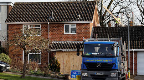 Un montador trabaja en la casa del exespía ruso Serguéi Skripal en Salisbury, Reino Unido, el 9 de enero de 2019.