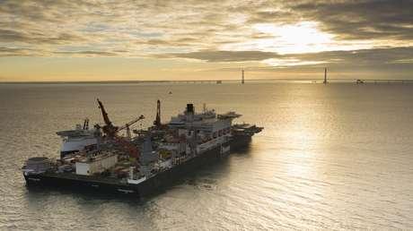 El barco Pioneering Spirit en su camino para unirse a la flota de construcción del Nord Stream 2.