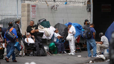 Personas sin hogar en el barrio Skid Row de Los Ángeles, California, EE.UU., el 18 de abril de 2014.