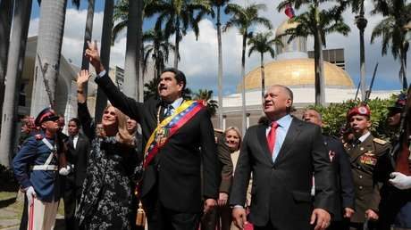 El presidente de Venezuela, Nicolás Maduro, camina junto a su esposa, Cilia Flores, y al presidente de la Asamblea Nacional Constituyente (ANC) Diosdado Cabello, en una sesión especial en la ANC.