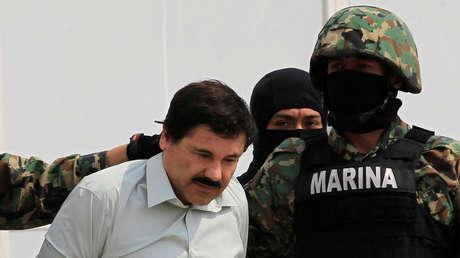 Joaquín 'El Chapo' Guzmán es escoltado en Ciudad de México, el 22 de febrero de 2014.