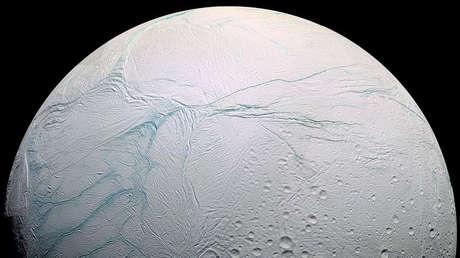 Esquema de color falso para mostrar en azul las áreas fracturadas del polo sur de Encélado, un satélite de Saturno.