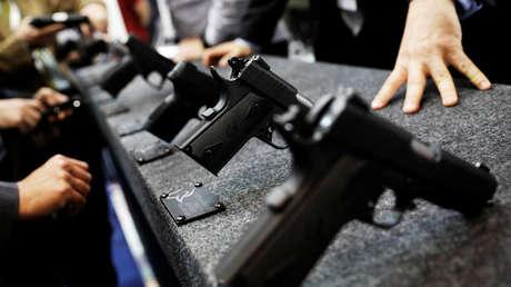 Visitante miran armas en LAAD, la mayor exposición militar en América Latina . Sao Paulo. 10 de abril de 2018.