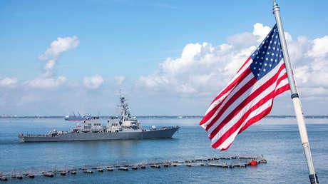 El destructor de misiles guiados USS Mitscher de la clase Arleigh Burke de la Armada de EE.UU. sale de la Estación Naval de Norfolk el 10 de septiembre de 2018.