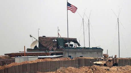 Vehículos y estructuras de las fuerzas estadounidenses se ven en las afueras de la ciudad de Manbiy, en el norte de Siria, el 26 de diciembre de 2018.