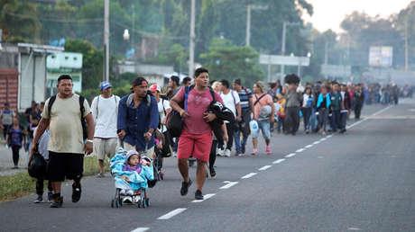 Tras ingresar a México, migrantes caminan por Ciudad Hidalgo, Chiapas, el 18 de enero de 2019, en su intención de llegar a EE.UU.