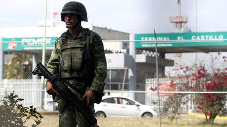 Soldado vigila una planta de almacenamiento y distribución en El Salto, Jalisco, 7 de enero de 2019.