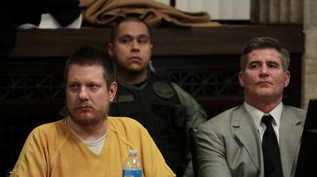 El ex oficial de policía Jason Van Dyke reacciona mientras escucha la sentencia con su abogado Daniel Herbert durante su audiencia en el edificio de la Corte Penal de Leighton en Chicago, Illinois, EE. UU., el 18 de enero de 2019.