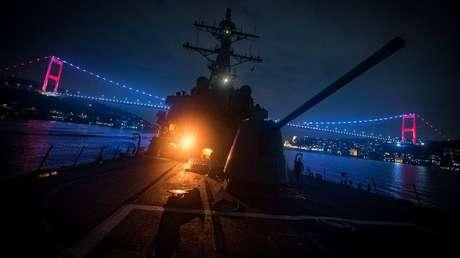 El destructor USS Donald Cook en el estrecho del Bósforo, Estambul, Turquía, el 19 de enero de 2019.