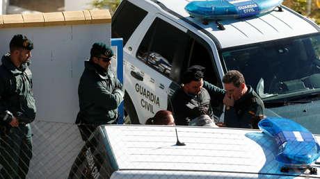 Los padres de Julen con la Guardia Civil cerca del área donde está atrapado Julen. Totalán, España, 21 enero 2019.
