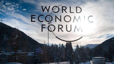 Un cartel del Foro Económico Mundial en la víspera de la reunión en Davos (Suiza), el 20 de enero de 2019.
